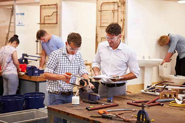 Lehrer helfen Schüler studieren Installation College – Foto