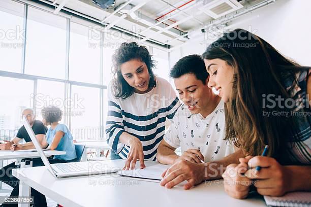 Teacher helping students picture id623607850?b=1&k=6&m=623607850&s=612x612&h=wbixlvvwvmvfvv7nhq1gaeszwknwbg gcucylhqo180=