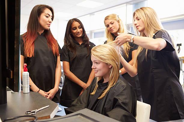 учитель, помогая студентам обучение, чтобы стать парикмахеров - уход за волосами стоковые фото и изображения