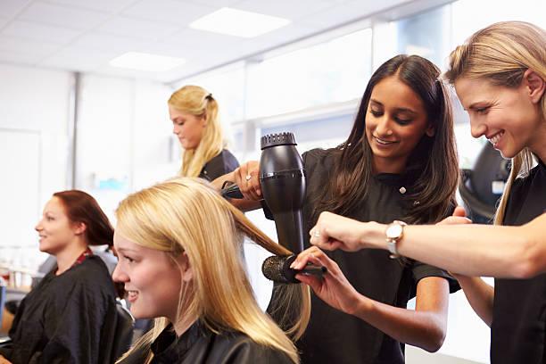 учитель, помогая студентам обучение, чтобы стать парикмахеров - hairdresser стоковые фото и изображения