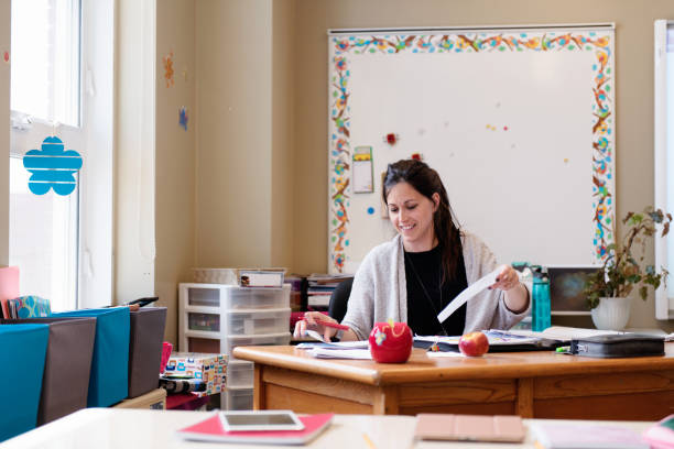 lehrer im klassenzimmer ohne schüler schulfrei. - tageslichtbeamer stock-fotos und bilder