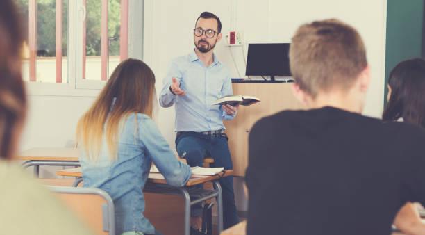 Lehrer hält Vortrag für Schüler – Foto