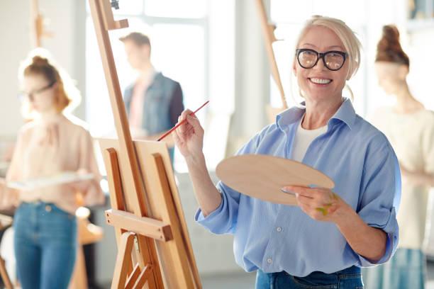 profesor de pintura - clase de arte fotografías e imágenes de stock