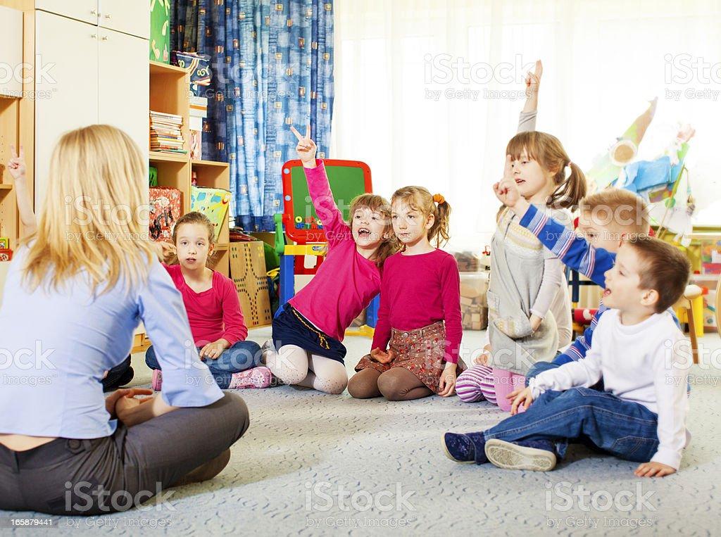 Enseignant questionnement les enfants. - Photo