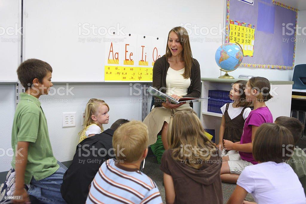 Lehrer liest ein Buch in der Klasse – Foto