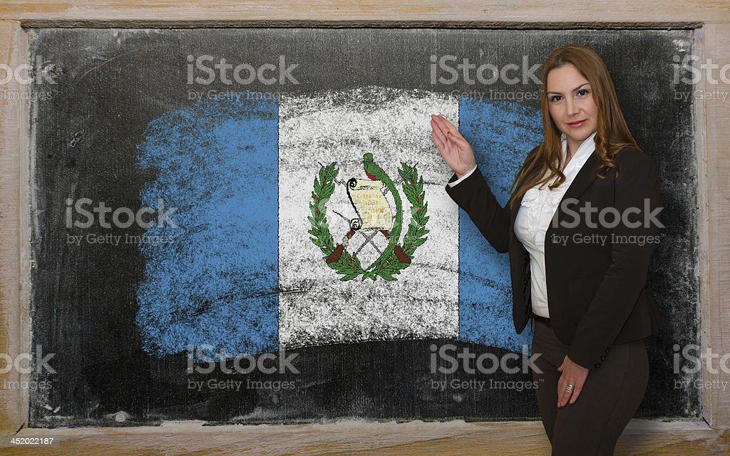 Profesor muestra bandera de Guatemala en pizarra para la presentación - foto de stock