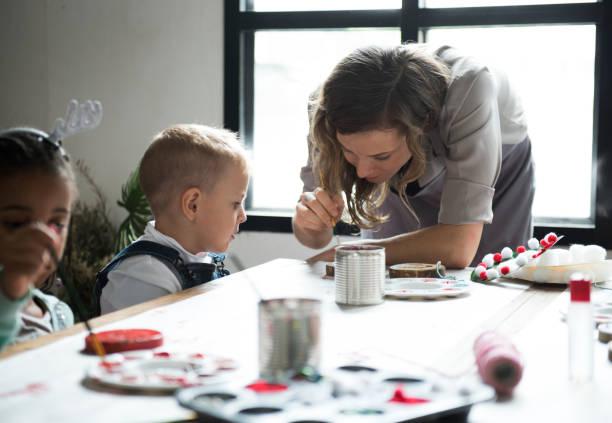 lehrer zeigt, wie man dekorieren - kindergarten workshop stock-fotos und bilder