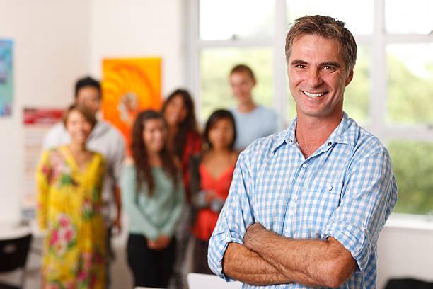 professor & alunos - standing out from the crowd (expressão inglesa) - fotografias e filmes do acervo