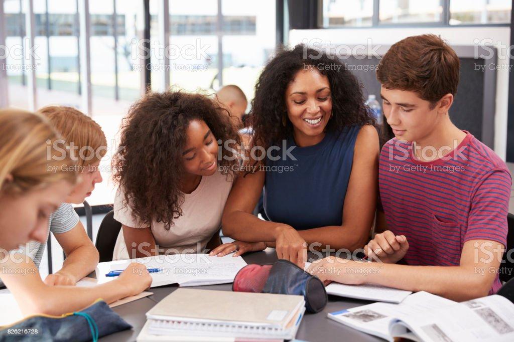 Fotografía de Profesor Escuela De Estudiar Libros En Clase Con Niños ...