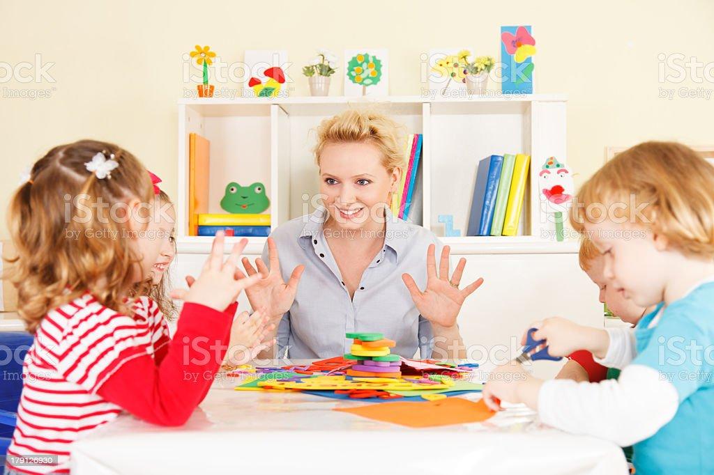 Lehrer spricht mit Kindern. – Foto
