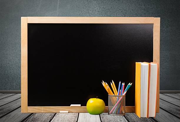 lehrer und lehrerinnen, begrüßung - kreide farbe schreibtisch stock-fotos und bilder