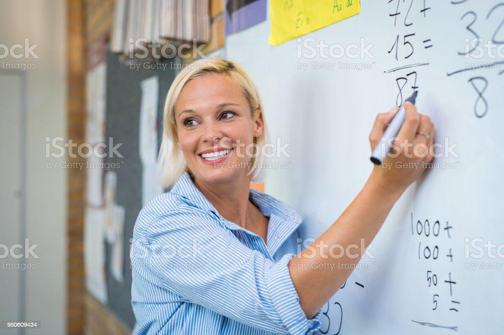 Math enseignement enseignant sur tableau blanc - Photo