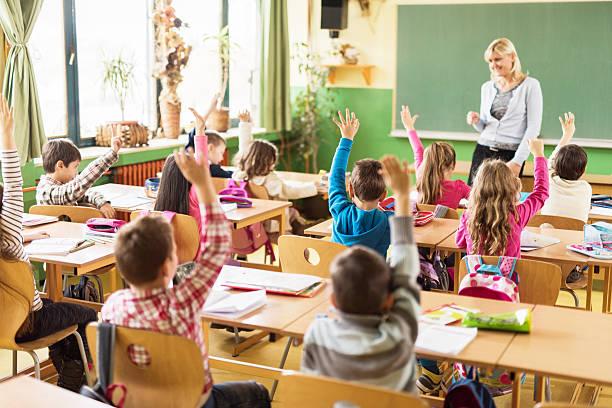 lehrer, wir alle wissen die antwort! - grundschule stock-fotos und bilder