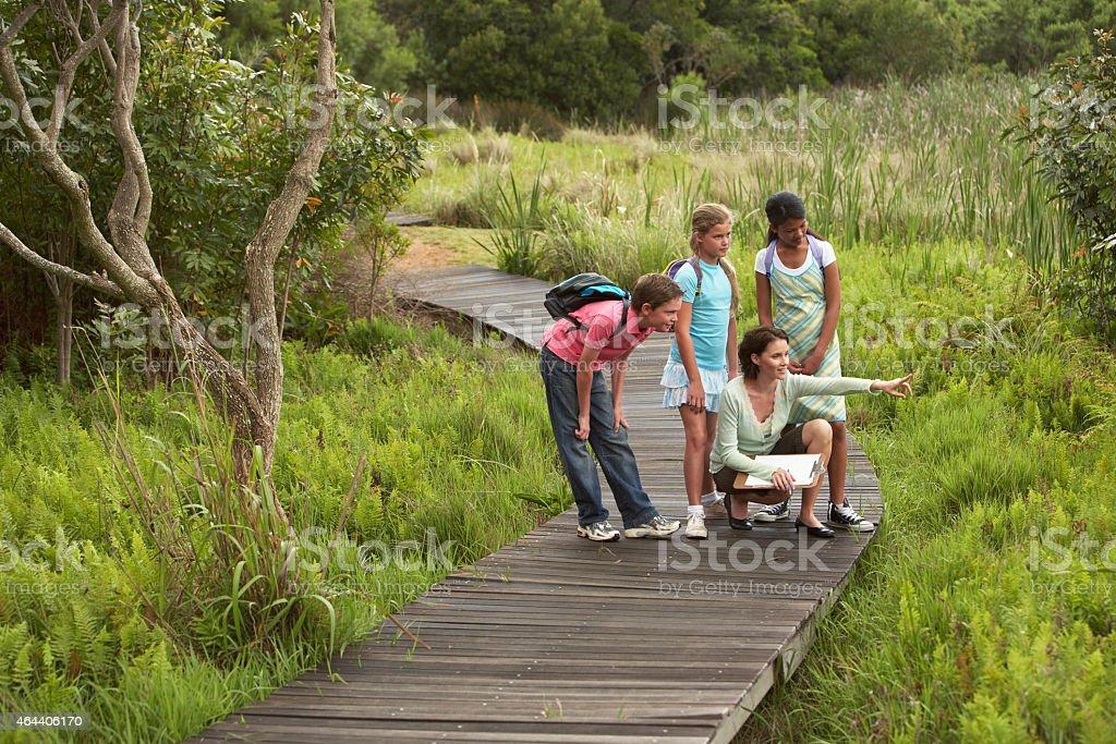 Lehrer mit Kindern auf Exkursion – Foto