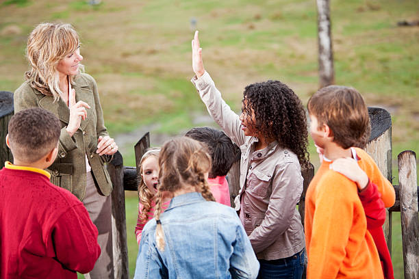 lehrer mit einer gruppe von kindern in den zoo - vorschulzoothema stock-fotos und bilder