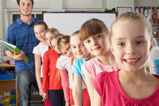 Schlange Lehrer mit Kindern in Klasse – Foto