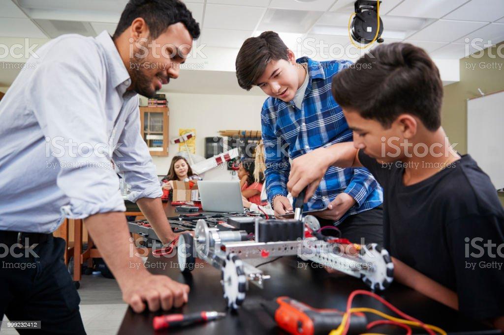Profesor con vehículo robótico hombre edificio de alumnos en ciencia foto de stock libre de derechos