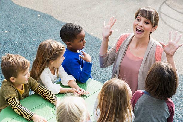 lehrer und kinder kinder haben spaß - geschichten für kinder stock-fotos und bilder