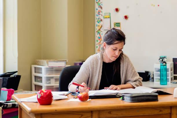 Lehrer arbeiten an ihrem Schreibtisch in leeren Klassenzimmer. – Foto