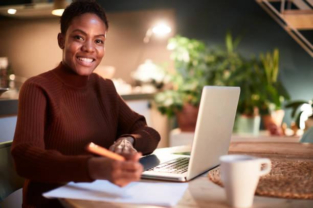 Lehrer arbeiten von zu Hause aus, Benotungsprüfungen. – Foto