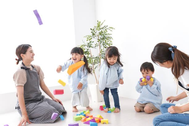 幼稚園の先生と子供たち ストックフォト