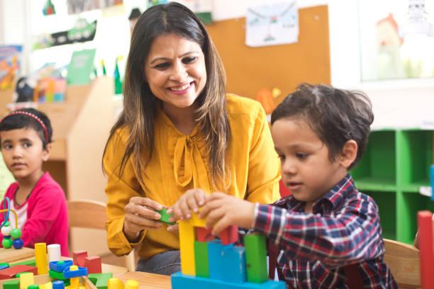 Lehrer mit Kindern lernen im Vorschulalter – Foto