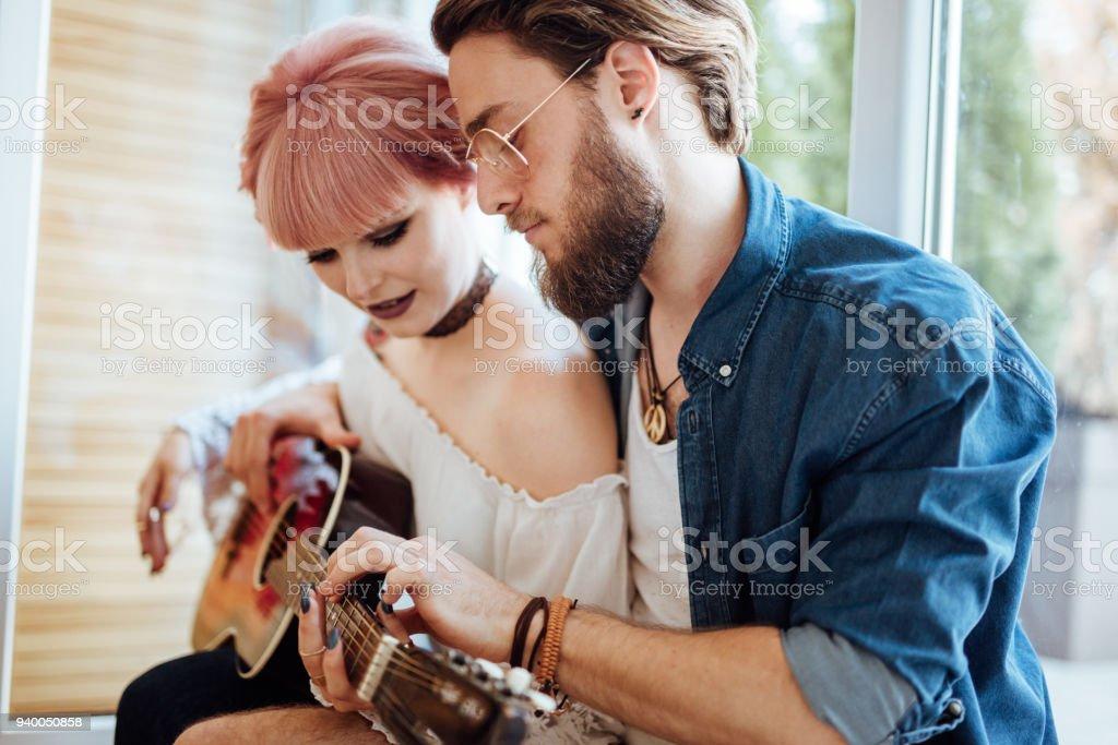 Ensiná-la a tocar guitarra - foto de acervo