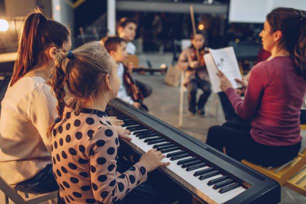 unterricht, musik zu spielen - piano noten stock-fotos und bilder