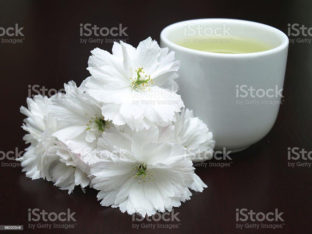 Tazza di tè e fiori su un tavolo foto stock royalty-free