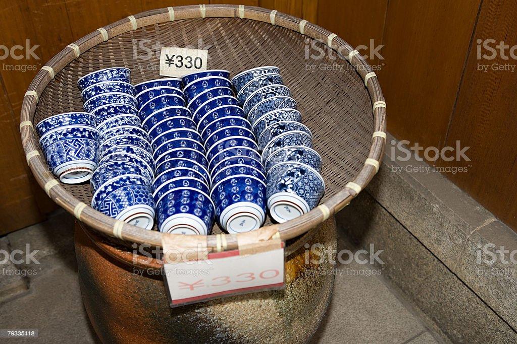 Teacups 、籐のバスケット ロイヤリティフリーストックフォト