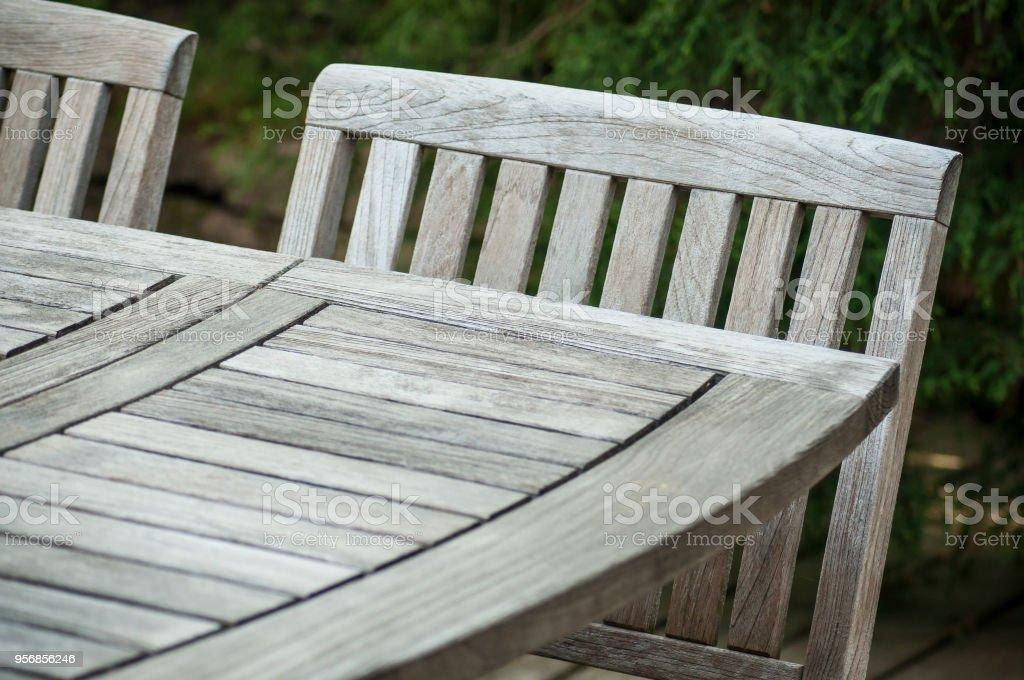 Teca Muebles De Jardín En Una Terraza De Madera En Primavera