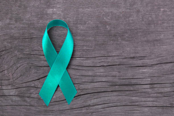 conciencia del trullo cinta por parte de la mujer para cáncer de ovario, enfermedad de síndrome de ovario poliquístico (pcos), post traumática estrés postraumático, el síndrome de tourette, trastorno obsesivo compulsivo (toc) - ovarian cancer ribbon fotografías e imágenes de stock