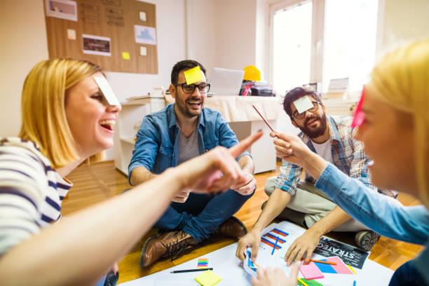 takım oluşturma. bir daire içinde oturan ve oyun oynamak ve eğlenmek grubu pf meslektaşları. - eğlence faaliyeti stok fotoğraflar ve resimler