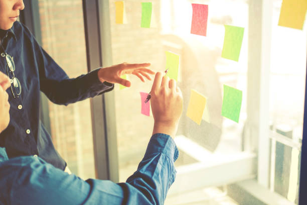 チーム創造的な事業計画と成功のプロジェクトのためのアイデアを考えて - 充足感 ストックフォトと画像