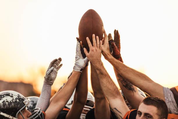 equipo de la nfl con la bola todos juntos - american football fotografías e imágenes de stock