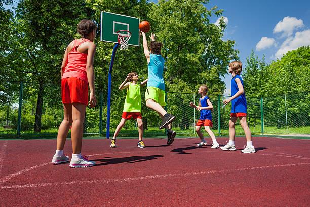 Team in bunten Outfits spielen basketball-Spiel – Foto