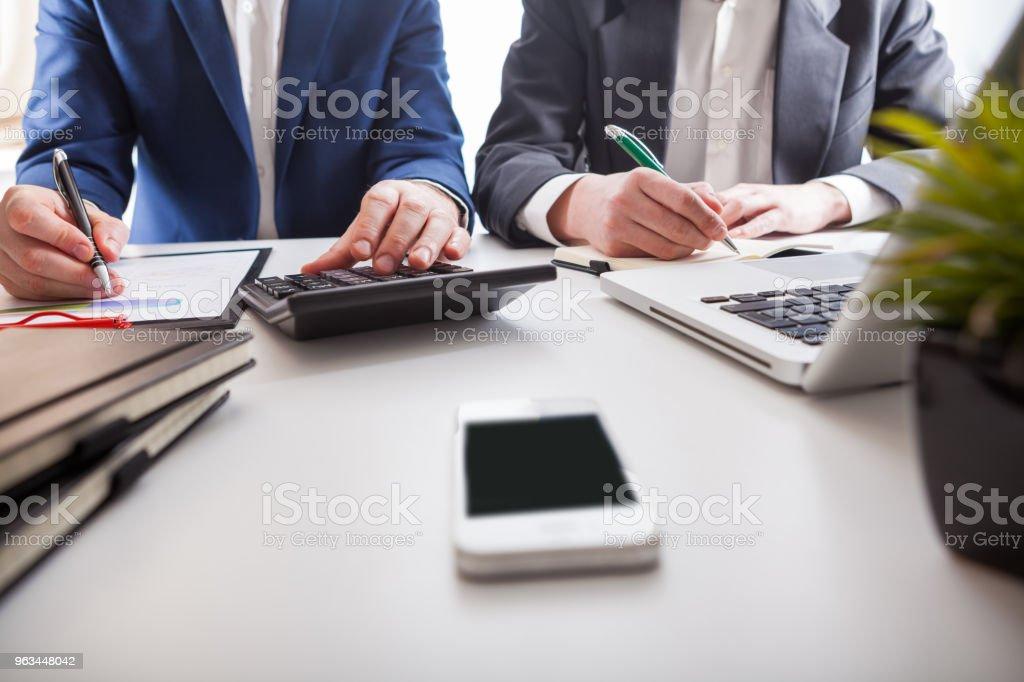 Takım iş genç businessmans mürettebat yeni başlangıç projesi ile çalışma - Royalty-free Adamlar Stok görsel