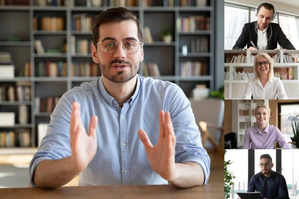 Teamleiter leiten Gruppenvideokonferenz mit verschiedenen Kollegen – Foto