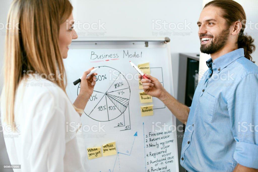 Reunión del equipo. Gente de negocios presentación a bordo. - Foto de stock de Adulto libre de derechos