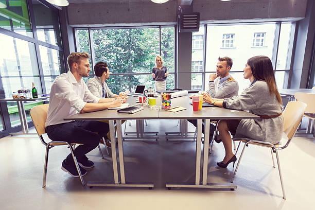 Equipo de arquitectos con reunión en la oficina - foto de stock