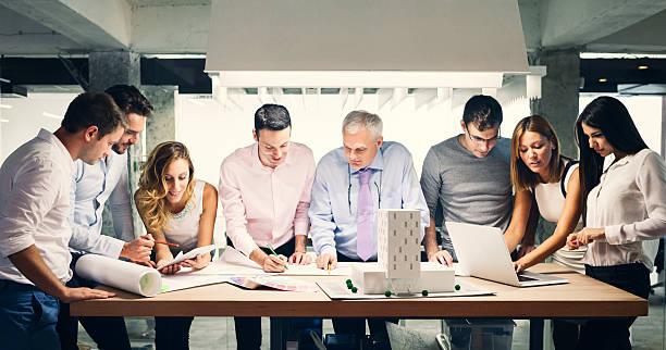 Team von Architekten Prüfung Architekturmodell im Büro. – Foto