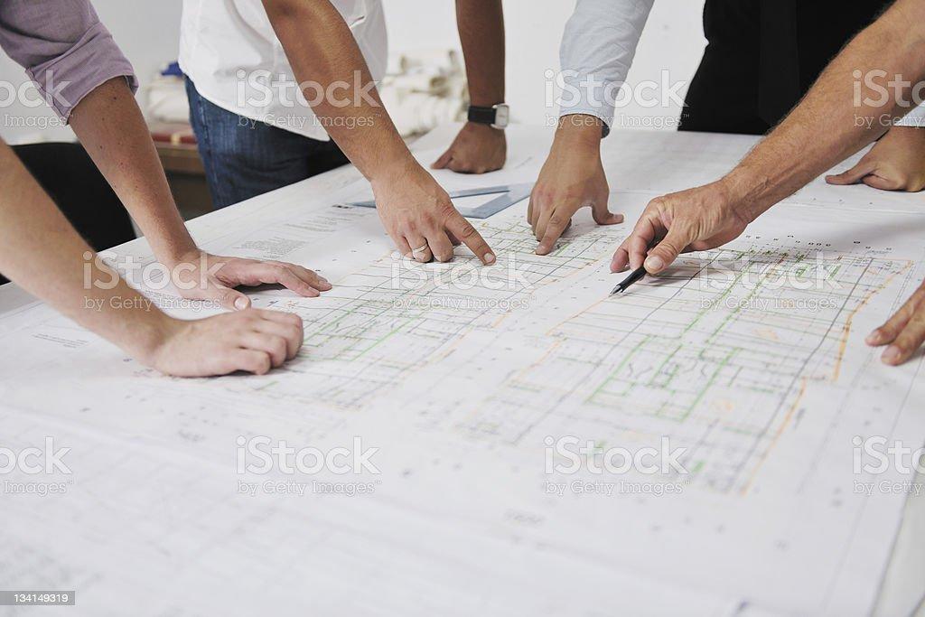Team von Architekten mit Händen auf eine Technische Zeichnung - Lizenzfrei Architektur Stock-Foto