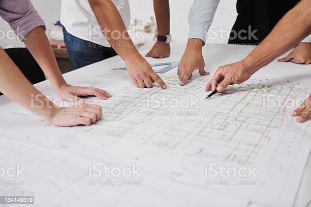 Team Von Architekten Mit Händen Auf Eine Technische Zeichnung Stockfoto und mehr Bilder von Architektur