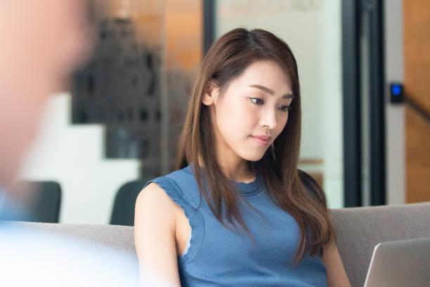 Team asiatischer Unternehmer im modernen Bürokorridor – Foto