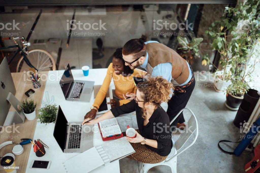 Team von Unternehmern ein freundliches Gespräch – Foto