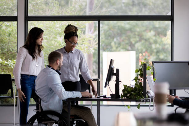 一緒に働く同僚のチーム - disabilitycollection ストックフォトと画像