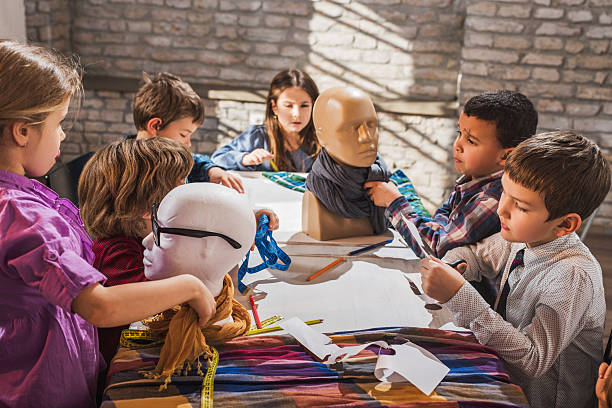 kreative kinder-team arbeitet im mode-design-studio. - schnittmuster kinder stock-fotos und bilder