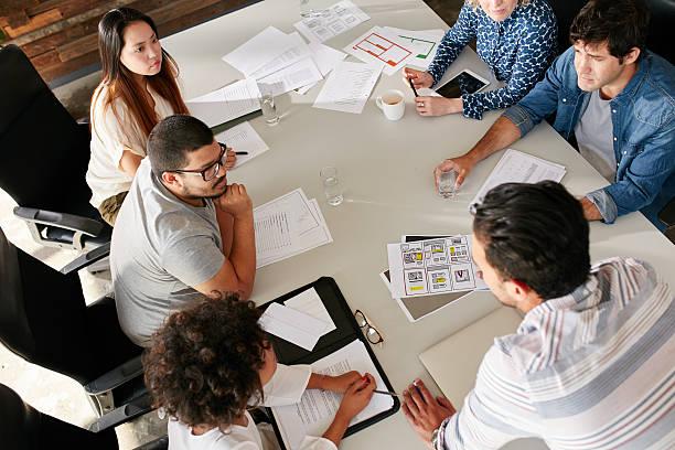 equipa de profissionais criativos reunião na sala de conferência - imobiliaria imagens e fotografias de stock