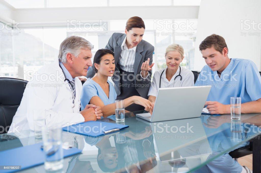 Team van artsen en zakenvrouw met een bijeenkomst foto