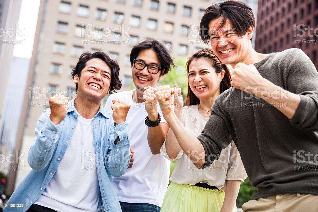 Equipe de amigos colaborarmos entre no Japão - foto de acervo